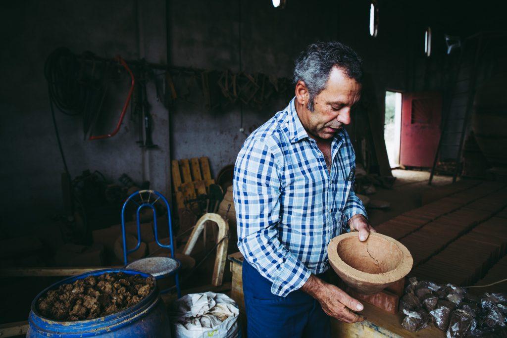 AGC Andreia Carvalho - 19 JUNHO  2019 - PORTUGAL, VIDIGUEIRA - O oleiro Antonio Rocha, tem o seu telheiro junto a Vidigueira, onde trabalha o barro para tijolos e talhas.